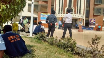 Chiclayo: trabajadores de municipio de JLO inician huelga por pagos