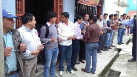 Periodistas de Chota se encadenan y protestan contra Electronorte
