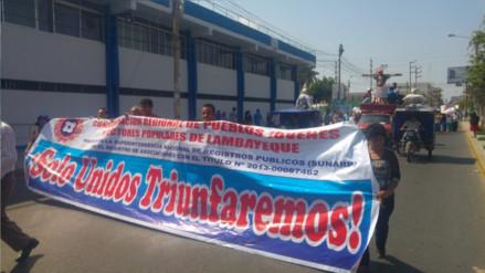 Pobladores marchan y se crucifican pidiendo reactivación de Techo Propio