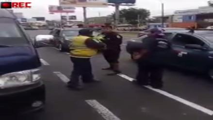 Un inspector de tránsito y un chofer de combi se pelearon en la calle