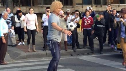 'El Pibe' Valderrama hizo trucos con el balón y pidió limosna en un semáforo
