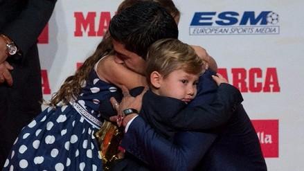 Luis Suárez recibió la Bota de Oro de manos de sus hijos