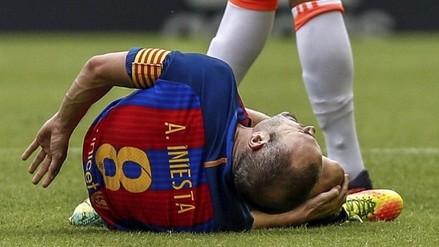 Andrés Iniesta se rompió los ligamentos y el árbitro dejó seguir el juego