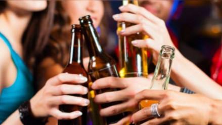 Estudio determina que ahora las mujeres beben casi tanto alcohol como los hombres