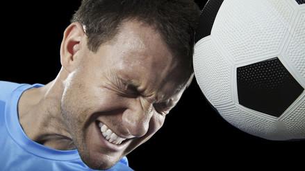 ¿Por qué los remates de cabeza pueden dañar el cerebro?