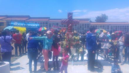 Familias con tumbas desaparecidas llevan flores y velan  'Cruz Mayor' de Cajamarca