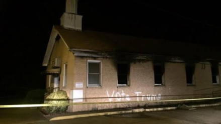 """Queman una iglesia de la comunidad afroamericana y pintan """"vota Trump"""" en su pared"""
