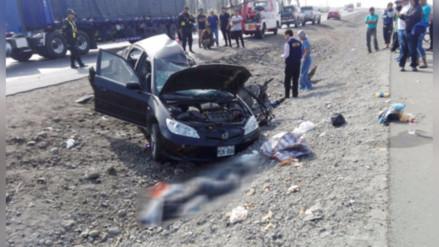 Cinco muertos en choque de auto contra camión en Barranca
