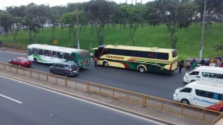 Buses interprovinciales se estacionan cerca de puentes y generan congestión