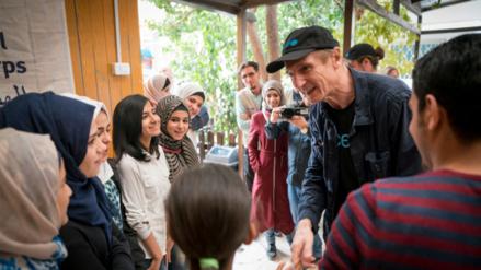 El actor Liam Neeson visitó a refugiados sirios en Jordania