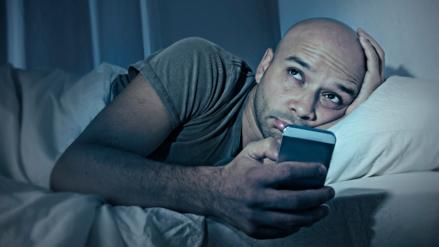 Usar el teléfono inteligente antes de dormir afecta a niños y adultos