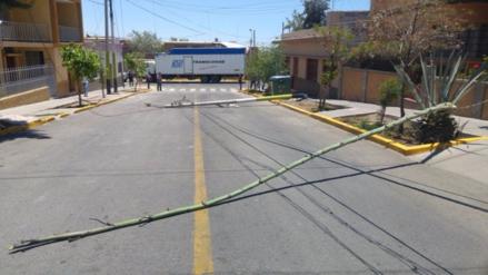 Camión se engancha con cable y derriba postes, árboles y parte de vivienda