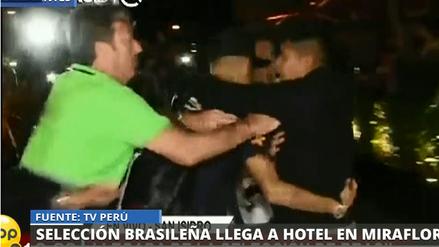 Un hincha peruano burló seguridad para abrazar a Neymar