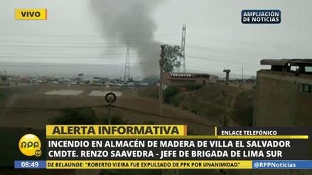 Un incendio consumió un almacén de madera en Villa El Salvador