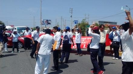 Lambayeque: trabajadores de Salud protestan y bloquean carretera