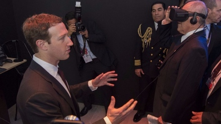Mark Zuckerberg acompañó a PPK a usar lentes de realidad virtual de Facebook