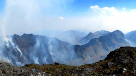 Incendio forestal amenaza páramos y lagunas Las Huaringas de Huancabamba