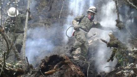 Patrullas del Ejército ayudan a parar el avance del fuego en la zona andina