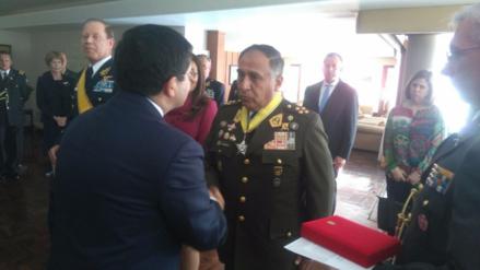 Ecuador condecora al Ejército peruano por la ayuda en terremoto de abril