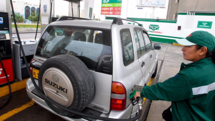 Petroperú y Repsol redujeron precios de combustibles por galón