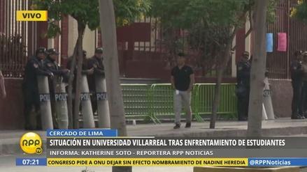 Policías resguardan los exteriores de la Universidad Villarreal