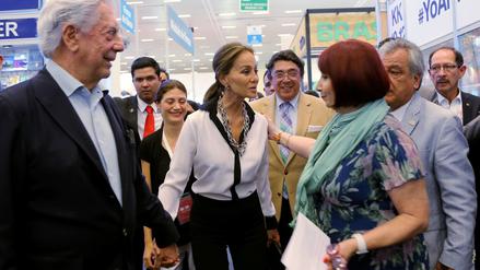 Vargas Llosa e Isabel Preysler pasean su amor por la feria del libro mexicana