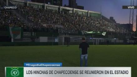 Cientos de hinchas en el estadio de Chapecoense homenajean al plantel