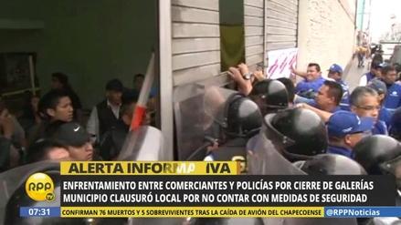 Comerciantes se enfrentan a serenos para evitar el cierre de su galería