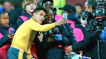 Alexis Sánchez regaló su camiseta a hinchas del West Ham y se tomó un selfie con ellos