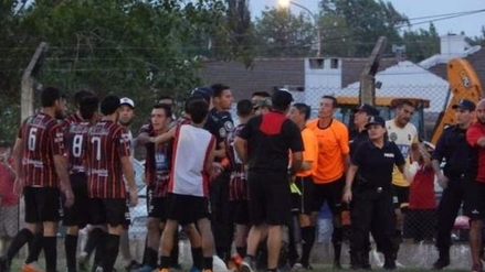 Árbitro fue agredido por hinchas y jugadores en el fútbol argentino