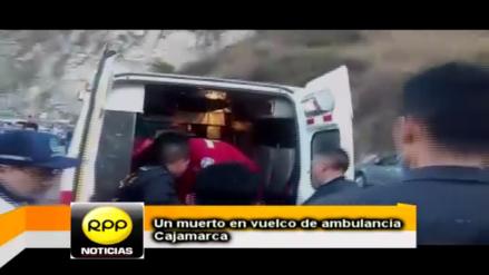 Un muerto y cinco heridos en despiste y vuelco de ambulancia en Cajamarca
