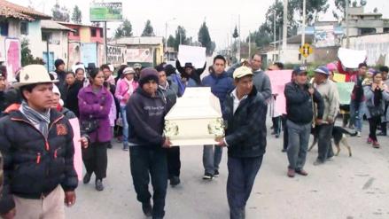 Sapallanga: pobladores velan féretro de niña asesinada en frontis de municipio