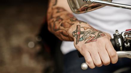 Lo que transmiten los hombres con tatuajes: salud y atracción