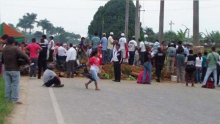 Bloquean carretera Belaunde Terry por no asfaltar un tramo