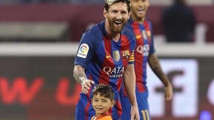 Murtaza Ahmady no quería separarse de Messi y tuvieron que sacarlo de la cancha en brazos