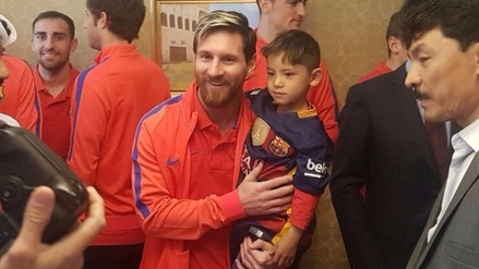 El niño afgano de la camiseta de plástico por fin conoció a Messi en Qatar