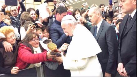 Papa Francisco recibió artesanía cusqueña de Juana Mendivil