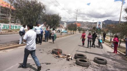 Judiciales de Cajamarca bloquean carretera a Baños del Inca
