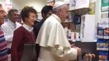 El papa deja el Vaticano y va a una tienda a comprar zapatos