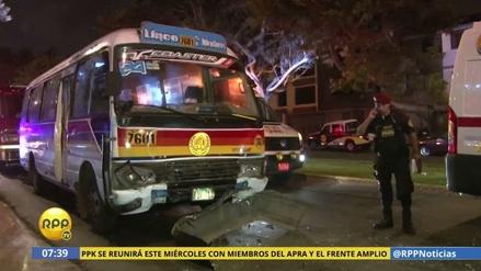 Doce heridos dejó el choque de una cúster contra un taxi en Surco