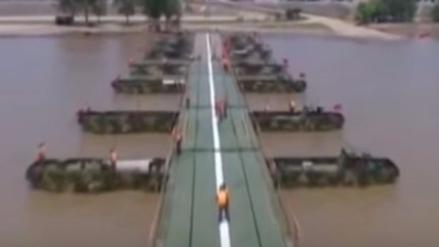 Soldados chinos construyen un puente sobre un río en 27 horas