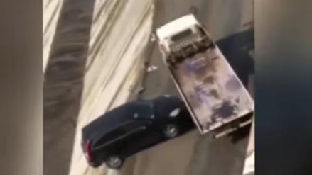 YouTube: tenía que remolcar un auto averiado pero acabó empujándolo al mar