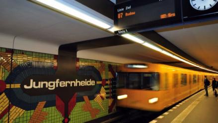 Jóvenes intentaron prender fuego a un indigente en el metro de Berlín