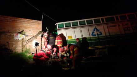 Camión se despista y cae sobre techo de vivienda en San Sebastián