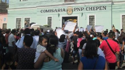 Con ataúd en alto protestan  por extraña muerte de hombre en comisaria de Chepén