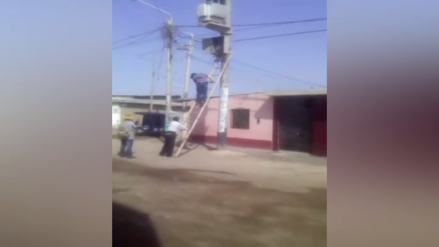 Manipulanuna caja de luz de alta tensión con una escalera en Lambayeque