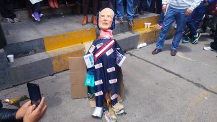 Huancayo: judiciales queman muñeco de Kuczynski por año nuevo