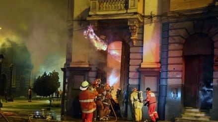Cercado: Un incendio consume una casona de la Plaza Dos de Mayo