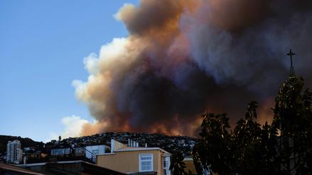 Gigantesco incendio forestal afecta ciudad chilena de Valparaíso