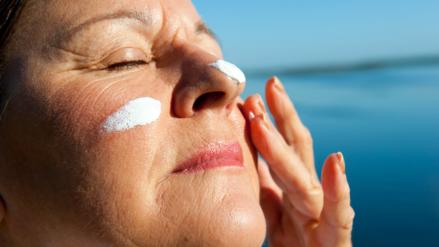 Elegir un buen bloqueador solar es importante para cuidar nuestra piel
